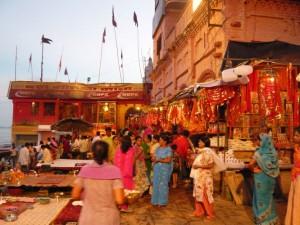 Celebration de fin de journee le long du Gange