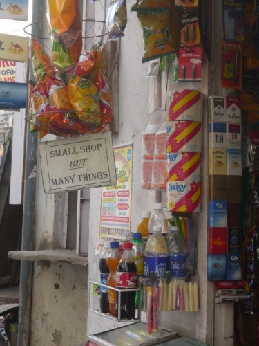 """Un magasin d'Udaipur et sa devise """"Small shop but many thing"""""""