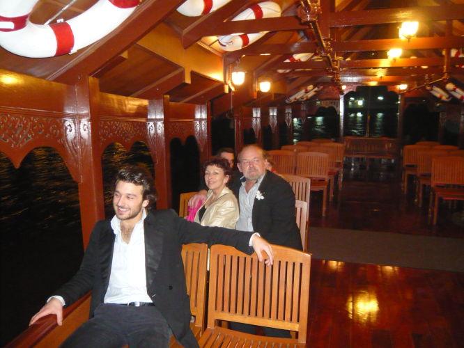Virginie, Louis et Charles dans le bateau du Mandarin Orientale. Je vous rassure je n'etais pas en costard !!!!