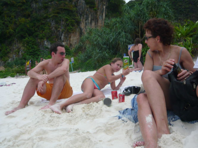 Virginie, Elsa et Julien sur la page de Maya Bay