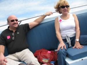 Maman et papa à bord du speed boat.