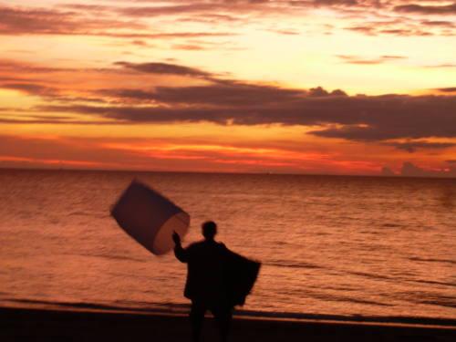 Un vendeur de lumignon au soleil couchant.