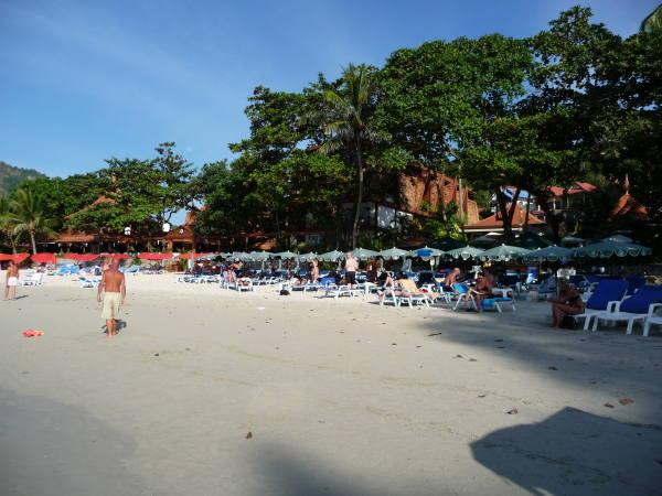 La plage avec un peu plus d'activité qu'à kho phiphi !