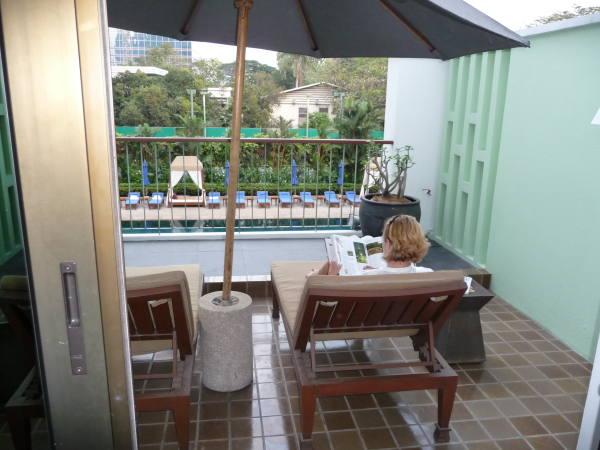 Maman bouquine sur la terrasse !