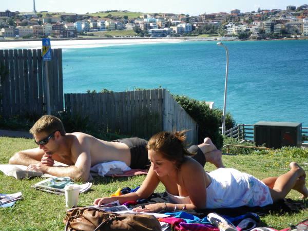 Emi et Dave en seance bronzette avec vue sur Bondi Beach !