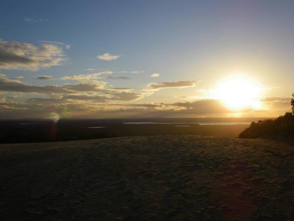 Couché de soleil sur la petite dune de sable.