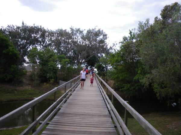 Le pont menant à la plage.