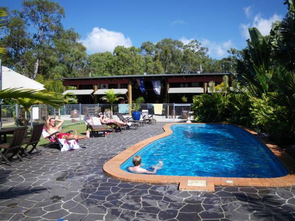 La piscine et la salle commune en arrière plan.