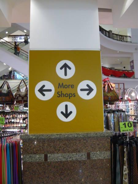 un centre commercial avec des magasins partout !!